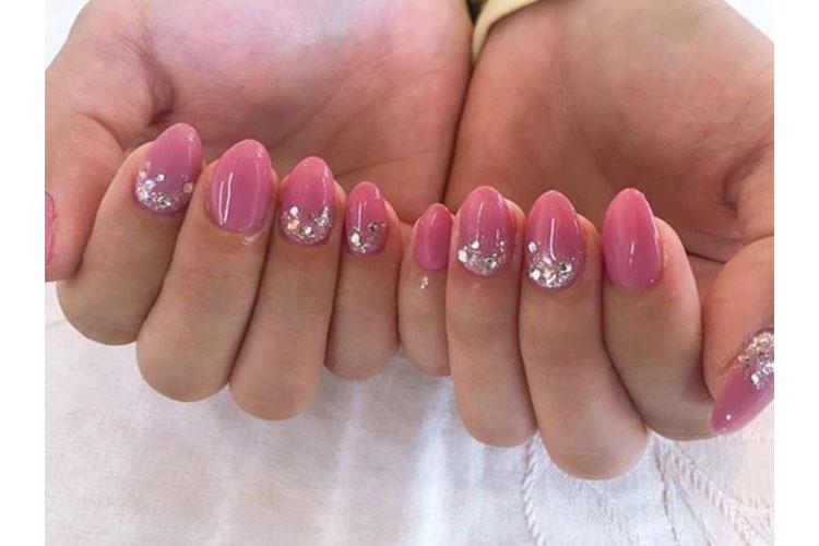 ピンクにキラキラストーンがかわいいキャバ嬢ネイル