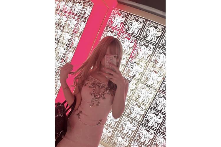 胸元のビジューがゴージャスなキャバ嬢のセットアップドレス