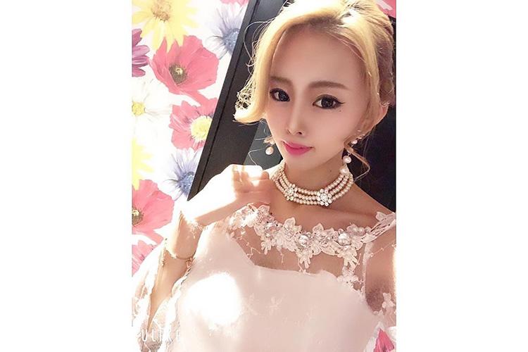 シースルーがかわいいキャバ嬢の白ドレス