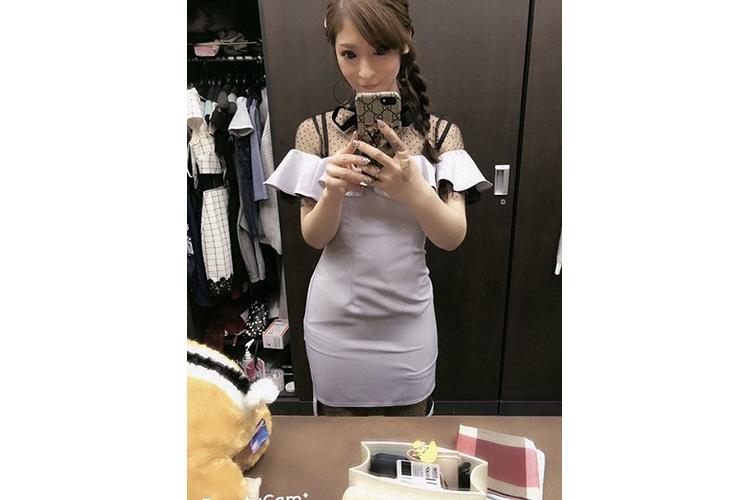 胸元のフリルがかわいいタイトなキャバ嬢ドレス