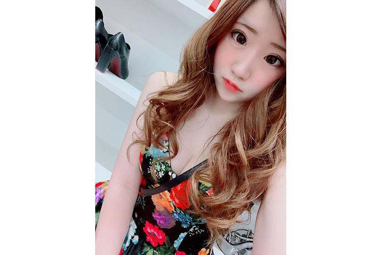 小ぶりの花柄がかわいいキャバ嬢のドレス@miyuu.yuzurihaさん