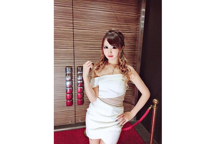 アシンメトリーなデザインがかわいい白ドレス@rinpoyo0724さん