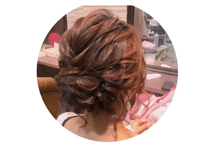 ゆるふわ感のあるキャバ嬢のドレスに合うアップの髪型