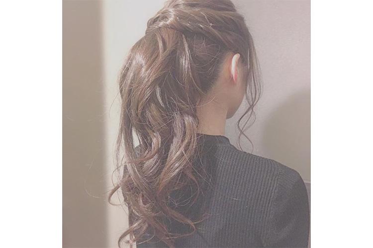 やわらかい印象のポニーテールはキャバ嬢のドレスに合うアップの髪型