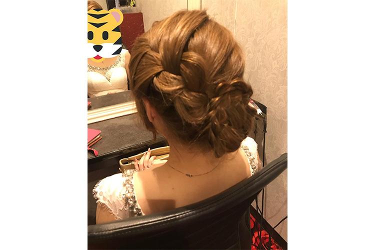 編み込みがゴージャスなキャバ嬢のドレスに合うアップの髪型