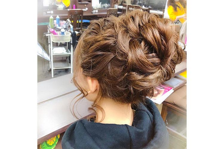 大人なおだんごスタイルのキャバ嬢のドレスに合うアップの髪型