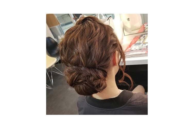 上品なふんわりシニヨンはキャバ嬢のドレスに合うアップの髪型