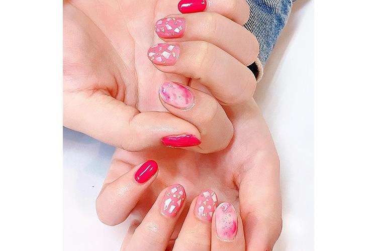 ピンクを基調にマーブル・ゴールドホロ・シェルストーンを使った春のニュアンスネイル