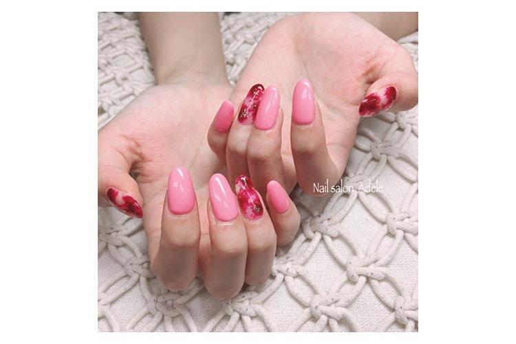 ピンクに赤とゴールドをのせたアートが目をひく春っぽニュアンスネイル
