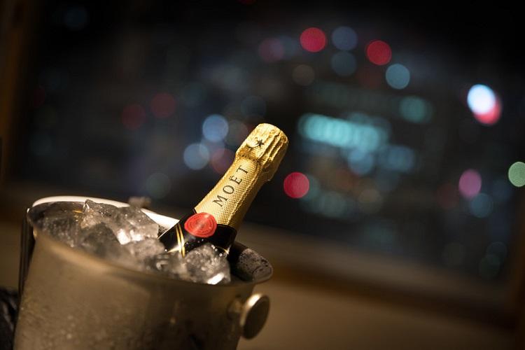 飾りボトルってなに?ホストクラブならではのお酒と豪華な演出を解説