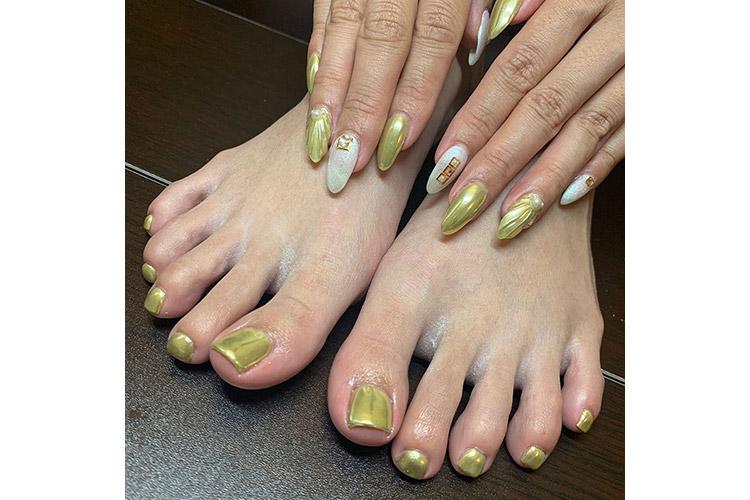ホワイトとゴールドの組み合わせが夏にぴったりの華やかミラーネイル